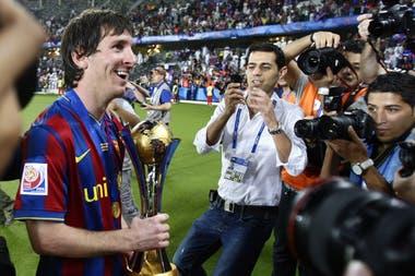 Messi sostiene el trofeo, luego de derrotar a Estudiantes en el último partido de la Copa Mundial de Clubes en Abu Dhabi, Emiratos Árabes Unidos, el sábado 19 de diciembre de 2009