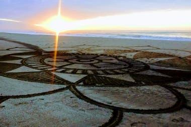 Este arte efímero, depende del clima, las mareas y las pisadas. Cuando encuentra rastros del mandala del día anterior, la artista retoma los restos