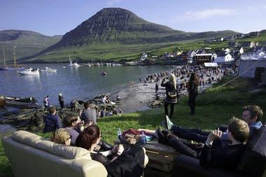 Las islas Feroe tiene varias celebraciones estivales, como la fiesta de Ólavsøka a finales de julio, en honor al Rey Olaf, o el Summer Festival, que convoca a artistas internacionales.