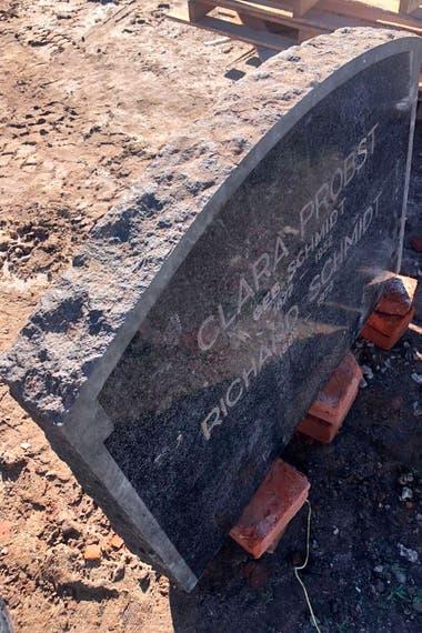 """Clara Probst geb. Schmidt (1877-1952) y Richard Schmidt (1886-1973). """"Hacen falta más de dos personas para mover la lápida"""", le dijo el propietario a LA NACIÓN"""