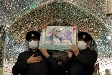 Una imagen proporcionada por el Ministerio de Defensa iraní el 29 de noviembre de 2020 muestra a los sirvientes del santuario Imam Reza cargando el ataúd del científico nuclear iraní que fue asesinado Mohsen Fakhrizadeh durante su funeral en la ciudad nororiental de Mashhad.