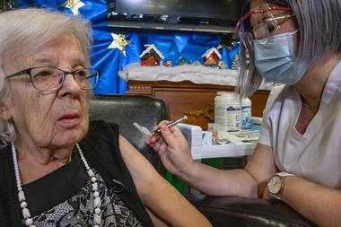 Una imagen publicada por el Quebec Ministère de la Santé et des Services sociaux (MSSS) el 14 de diciembre de 2020 muestra a Gisele Levesque, residente del hogar de ancianos Saint-Antoine, de 89 años, vacunándose contra el Covid-19 en Canadá.