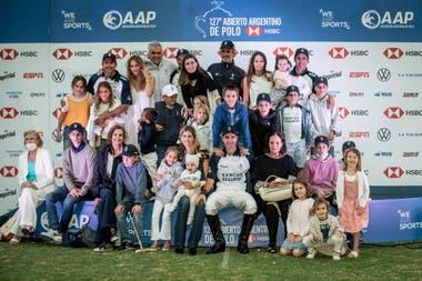 El podio del Abierto de Palermo: jugadores y familia unidos