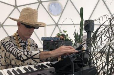 Díaz Mathé captura los impulsos producidos por las plantas, los canaliza hacia sus sintetizadores y así conforma una orquesta viva y orgánica.