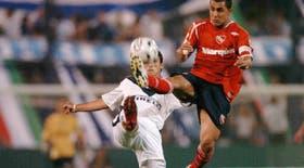 Una escena espectacular: Montenegro intenta atrapar el balón, ante la presencia de Pellerano; en Liniers, Vélez superó a Independiente con lo justo