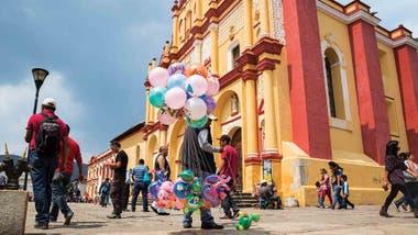Vendedor de globos frente a la Catedral de San Cristobal de las Casas, en Chiapas.