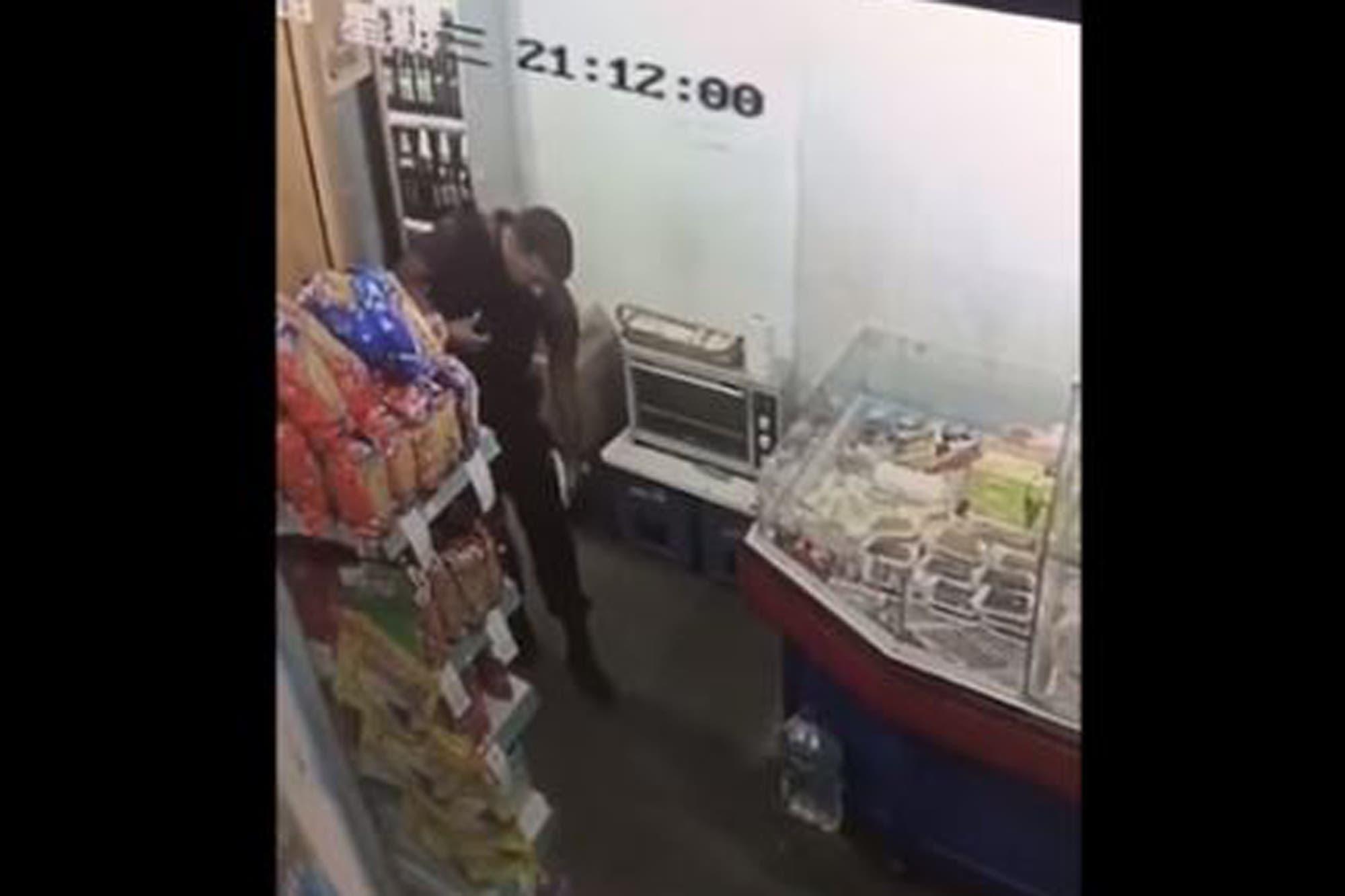 Un video muestra a un policía de la Ciudad robando fiambre en un supermercado
