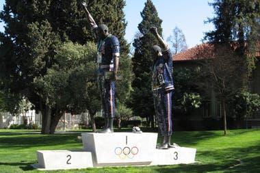 La Universidad Estatal de San José homenajeó a sus exalumnos Smith y Carlos con una estatua de su protesta de 22 pies de alto