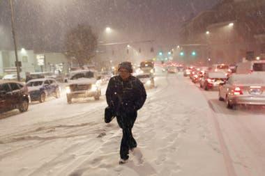 La nieve causa grandes congestiones de tránsito, miles de autos quedaron atrapados en un autopista durante más de 12 horas