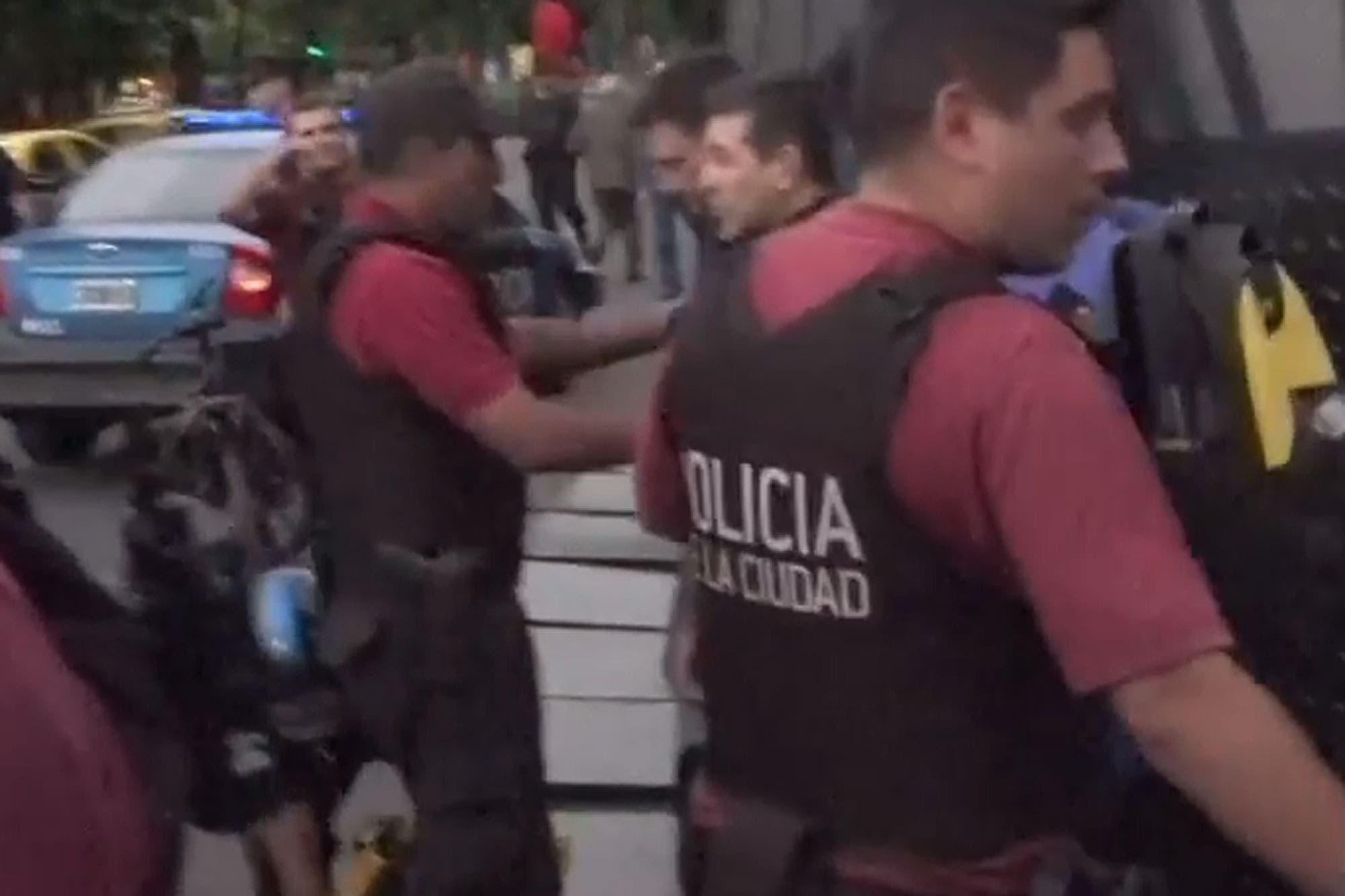 Detienen a un grupo de manifestantes frente a la embajada de China