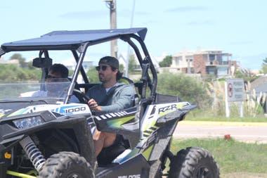 Nacho Viale y su hermano andando en cuatriciclo