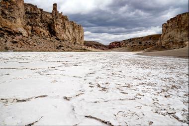 Una laguna seca en el parque Cueva de las Manos