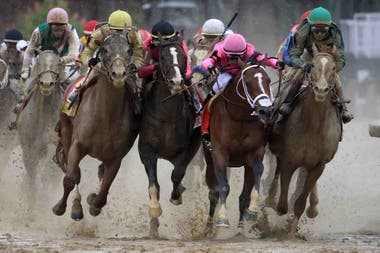 Maximum Security (gorra rosa) fue descalificado por arrastrar a cuatro rivales al final del codo en el Kentucky Derby