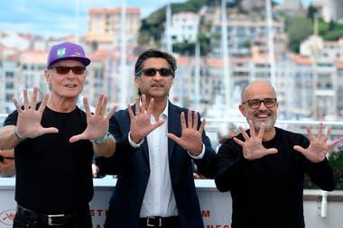 Fernando Signorini, el director inglés Asif Kapadia, y el periodista Daniel Arcucci, en la presentación de la película Diego Maradona, en el festival de Cannes Fuente: AFP