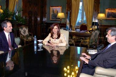 Julio Alak (representante del Estado en Aerolíneas) con Cristina Kirchner y Alberto Fernández, en 2008
