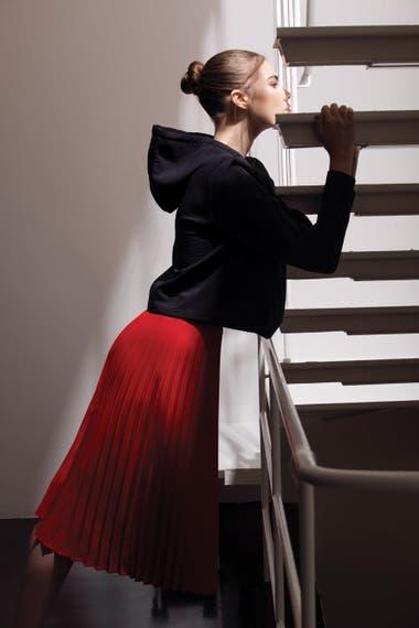 Falda plisada (Las Pepas) y buzo con capucha (Nike).