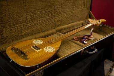 Instrumentos que fueron parte de la colección privada de Sandro serán exhibidos en el bar montado en la planta baja del castillo de la avenida Pavón en Boedo.