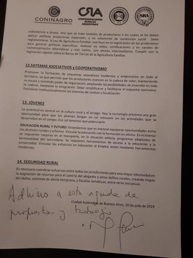 Macri firmó el documento que le entregó la Mesa de Enlace