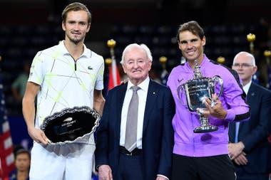 Medvedev, con el trofeo de finalista; el legendario Rod Laver, y el campeón Nadal