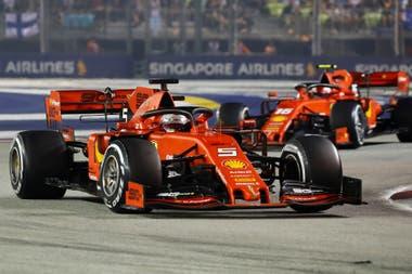 Vettel delante, Leclerc detrás: las Ferrari dominaron en Singapur.