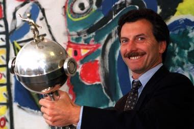 Macri posa con la Copa Libertadores. Durante la era macrista, Boca ganó 4 campeonatos de América
