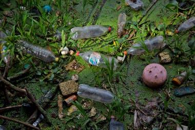 Miles de toneladas de basura se acumulan a la vera del río desde hace décadas