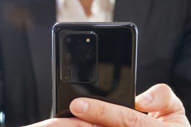 El Galaxy S20 Ultra tiene una cmara normal de 108 megapixeles un zoom 4x de 48 megapixeles tipo periscopio perpendicular al resto de las cmaras y un gran angular de 12 megapixeles