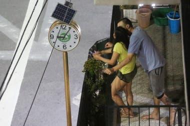 Los encuentros desde los balcones se repiten en todos los barrios porteños