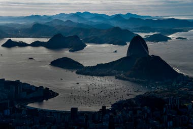 Una vista de la ciudad de Rio de Janeiro y el cerro Corcovado