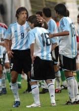 Crespo y Lucho González tratan de consolar a Messi, que ya vio la tarjeta roja; Markus Merk, después de 15 años, reconoció que se equivocó