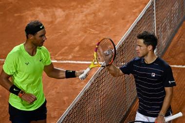 El saludo en la red, un choque de raquetas entre amigos: Schwartzman venció a Nadal en Roma.