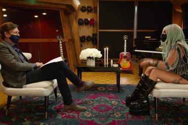 """Generar conciencia. Lady Gaga durante la entrevista, en la cual no solo no se quitó el tapabocas [ni ella ni el entrevistador] sino que aseguró que su uso es un """"acto amoroso"""""""