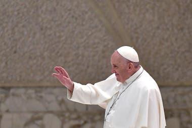 El Papa Francisco saluda al final de la audiencia general semanal en el salón Pablo VI del Vaticano el 28 de octubre de 2020