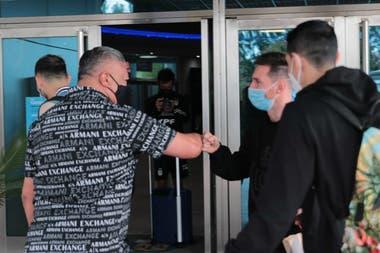 El saludo entre Messi y Claudio Tapia, presidente de la AFA, en Ezeiza