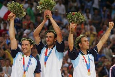 La inolvidable Generación Dorada que ganó el oro olímpico en Atenas 2004: el Puma Montecchia, Manu Ginóbili y Pepe Sánchez en el podio