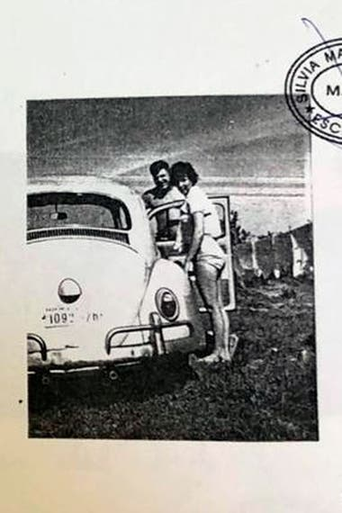Como en una fotonovela demasiado perfecta para ser ficticia, figuran una serie de 40 fotografías tomadas entre los años 1960 y 1970. Un Volkswagen Escarabajo aparece en muchas de ellas