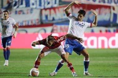 Bruno Zuculini, que otra vez llegó al gol, gana la posición ante Emiliano Martínez