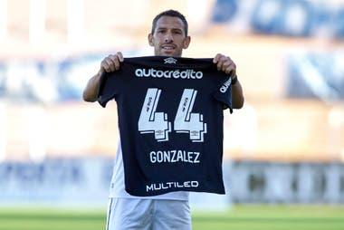 """Maxi Rodríguez festeja su gol frente a Godoy Cruz homenajeando a """"Panchto"""" González, juvenil que sufrió una grave lesión."""