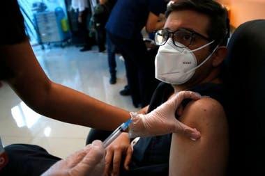El desarrollo de las vacunas brinda esperanza en la lucha contra la pandemia.