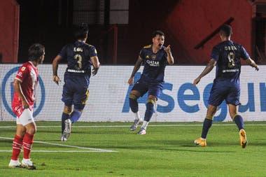 Mauro Zárate señala a Edwin Cardona, que le dejó el empate servido con un pase delicioso.