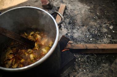 Una olla con comida realizada por voluntarios en Comas, al norte de Lima, Perú