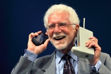 Martin Cooper en 2009; en 1973 hizo la primera llamada hecha desde un teléfono celular en una red comercial