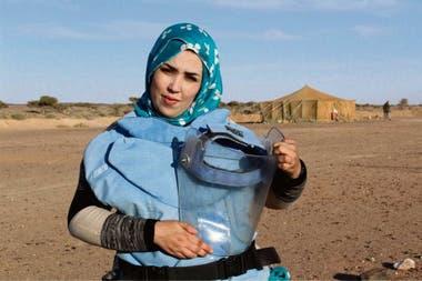 Mutha no llegó a conocer a su padre, que murió por la explosión de una mina antipersona; ella es saharaui e integra el equipo que busca desactivar esos artefactos