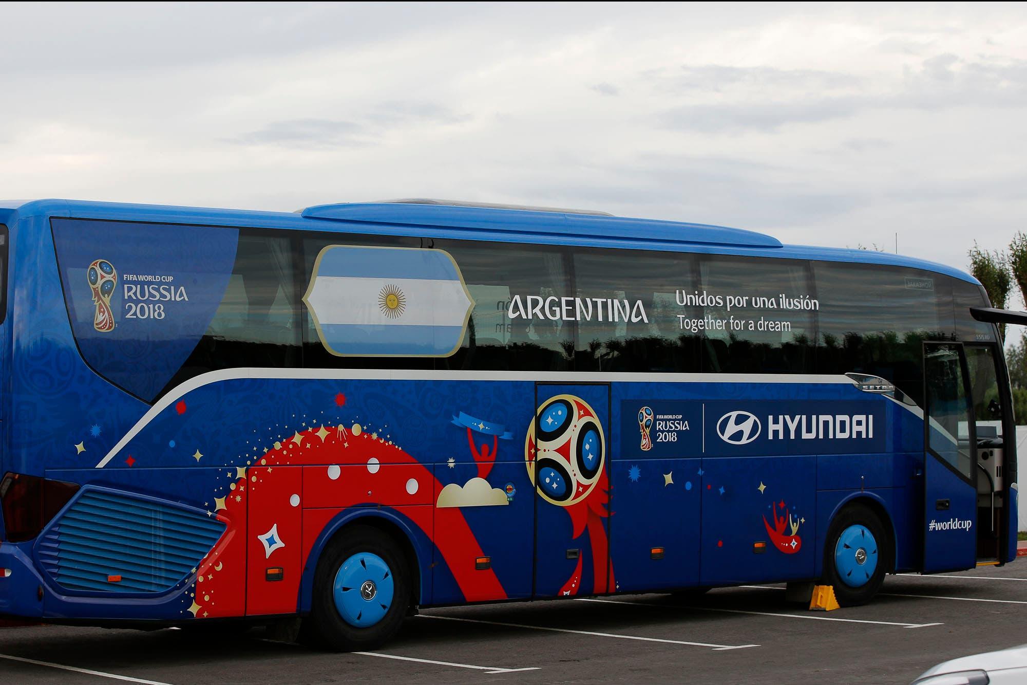 El micro de la selección argentina, listo para transportar al plantel en su aventura en el Mundial Rusia 2018