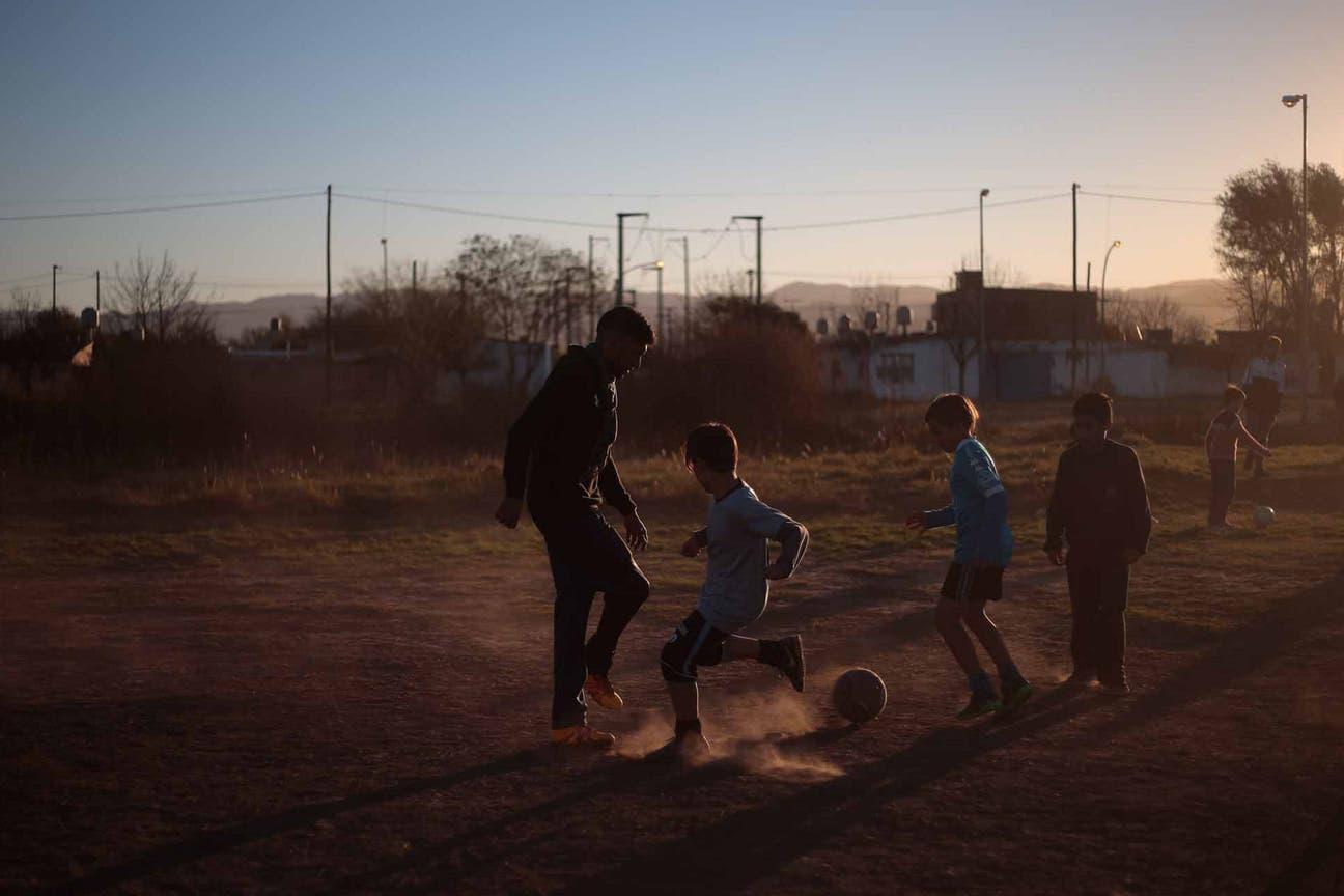 Dale a tu Botín equipa potreros en barrios humildes de Córdoba para enseñar a niños a compartir y ser responsables