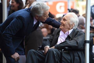 Michael dialoga con su padre, Kirk Douglas, que cumplió 101 año y es una leyenda viviente de Hollywood