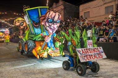 A 325 kilómetros de Capital, un festejo diferente, donde las carrozas, los muñecos y las máscaras de cartapesta son todo un arte y un orgullo local
