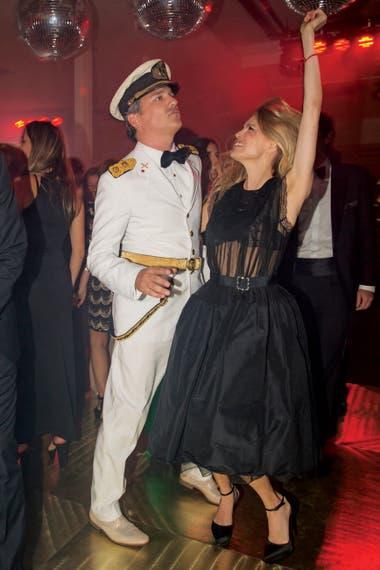 Íntima del arquitecto desde hace años, Julieta Kemble (una de las Incorrectas de Moria Casán) eligió un vestido y guillerminas de Lanvin y le dio rienda suelta al baile