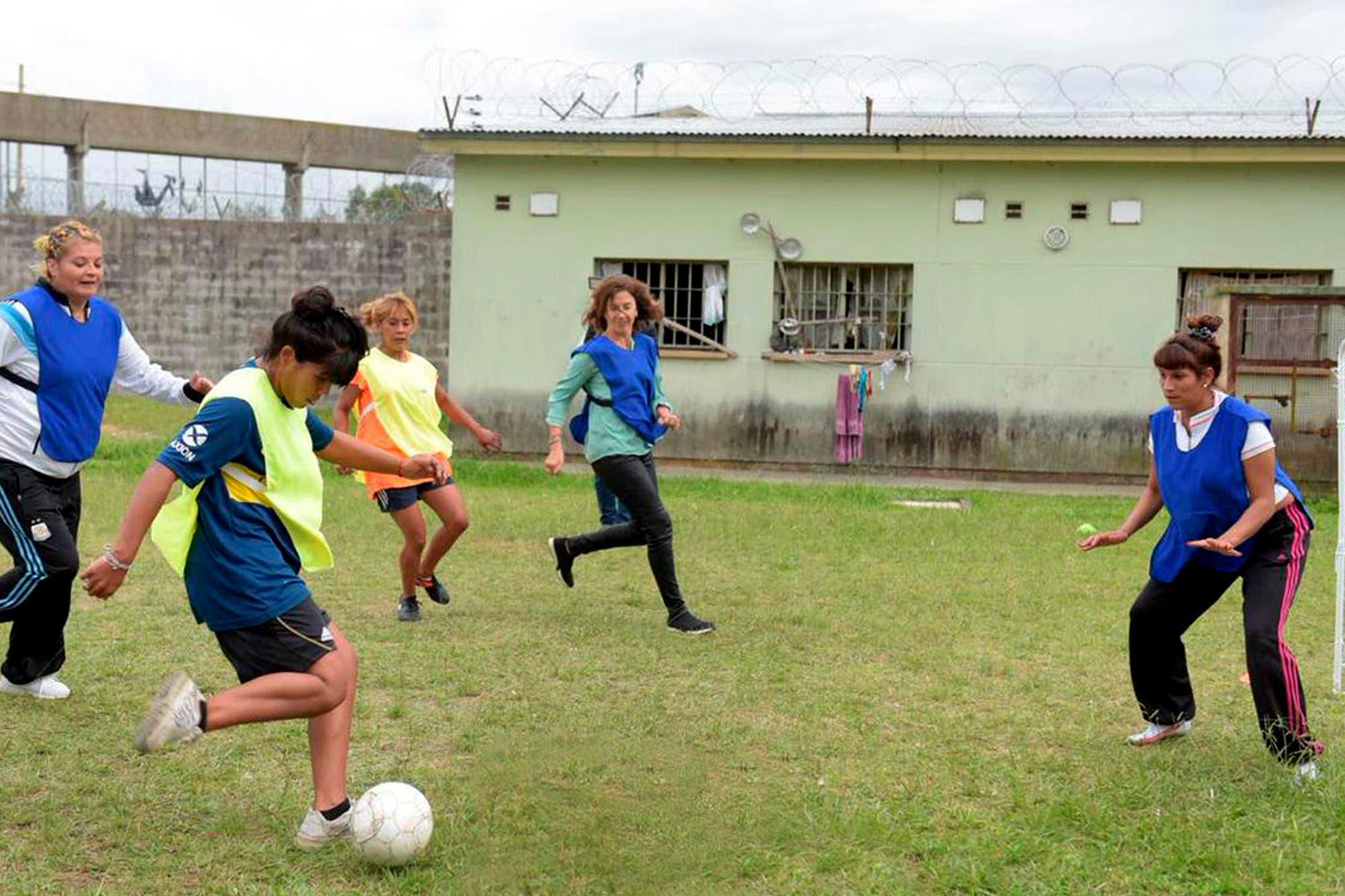 Diputados y presas jugaron al fútbol en la cárcel bonaerense en San Martín