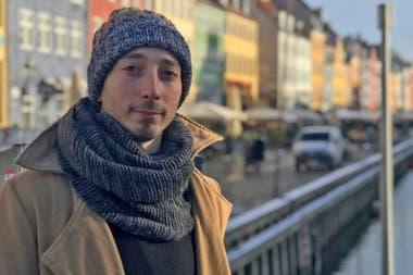 Luciano Gasparini y una típica postal de Copenhague: frente al canal Nyhavn